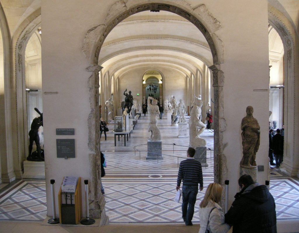 The Louvre sculpture room: a hotspot for art approaches.